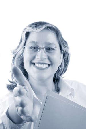 manos estrechadas: amigable sonriente mujer que podr�a ser un m�dico o una mujer de negocios que ofrece la mano para un apret�n de manos