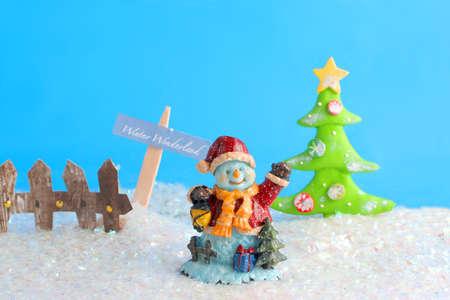 decorativos de cer�mica de Navidad mu�eco de nieve en un campo de nieve con el �rbol de Navidad, y una valla de invierno maravilloso signo Foto de archivo - 3675108