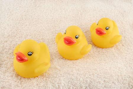 お風呂の時間の準備ができてタオルの上に3人の子供のゴムアヒル