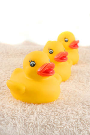 お風呂の時間の準備ができてのタオルの上に 3 つの子供のゴム製のアヒル