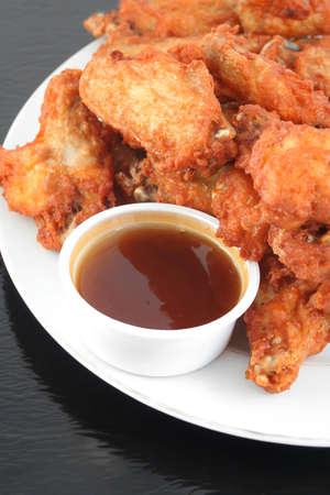 alitas de pollo: alas de pollo crujiente con salsa de ajo de miel Foto de archivo