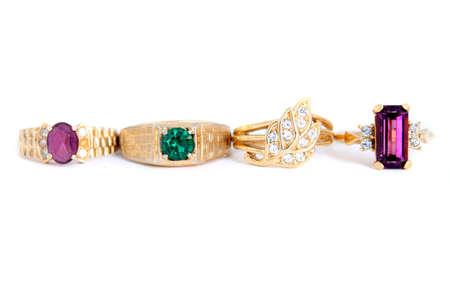 heirlooms: diversi anelli di pietra colorati con bande di oro in uno sfondo bianco Archivio Fotografico