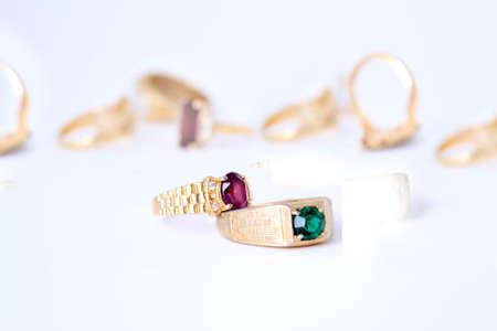 heirlooms: pietra colorata diverso anelli con bande di oro in un fuoco di sfondo bianco sul ring viola