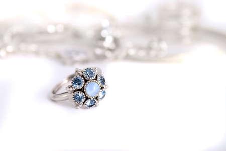 heirlooms: Anelli in pietra colorata di blu con fascia argento in uno sfondo bianco  Archivio Fotografico
