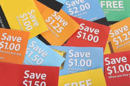 Snij coupons in verschillende kleuren en prijs ber eiken uit vrije een paar dollar (korte diepte van veld) Stockfoto
