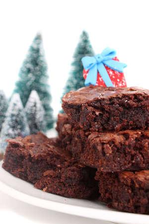 noel chocolat: Tas de No�l chocolat fudge brownies sur une plaque avec un arri�re-plan blanc (court de profondeur de champ)