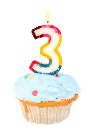 cupcake terzo compleanno con glassa blu su sfondo bianco Archivio Fotografico