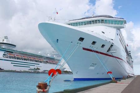 docked: Los buques de crucero en el oc�ano el claro azul del Caribe atracado en el puerto de Nassau, Bahamas