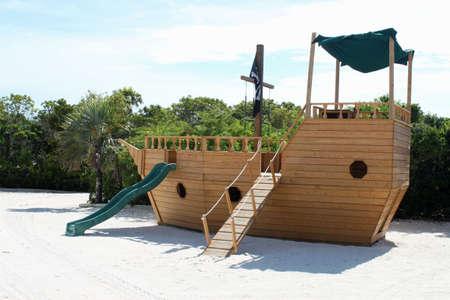 Houten piraat boot vormig kind speeltuin in het Caribisch gebied Stockfoto