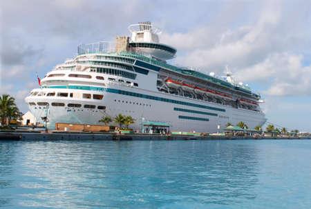 docked: Crucero en el oc�ano el claro azul del Caribe atracado en el puerto de Nassau, Bahamas