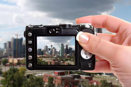 sucher: Skyline-Blick von Hochhaus B�ro-und Wohngeb�ude in Calgary, Alberta, Kanada unter dramatischen dunklen und wei�en Wolken durch einen Sucher der Kompaktkamera gesehen