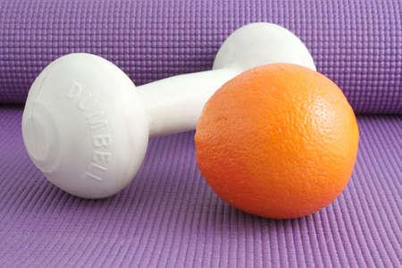 Los elementos necesarios para un estilo de vida saludable, equipos de ejercicio y alimentos saludables como frutas  Foto de archivo - 6450754