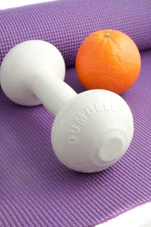 Los elementos necesarios para un estilo de vida saludable y alimentos saludables como frutas, equipos de ejercicio Foto de archivo - 6450753