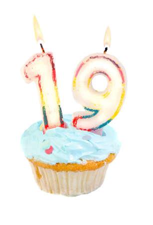 nineteen: Diciannovesimo compleanno cupcake con blu frosting su uno sfondo bianco