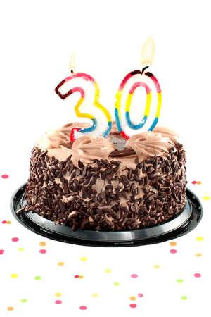 torte compleanno: Torta al cioccolato, circondato da coriandoli con una candela accesa per una festa di compleanno o anniversario trentesimo