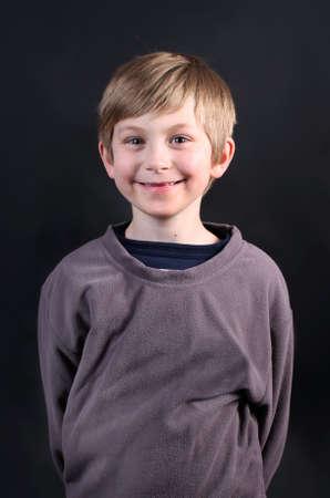 Glimlachend leuke acht jaar oude jongen met ontbrekende voortanden