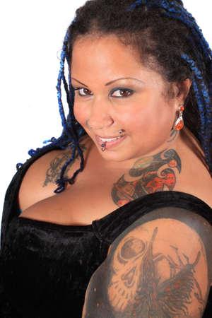 big boobs: Mujer muy obesa de africano americana tattooed y peirced, con trenzas sobre un fondo blanco