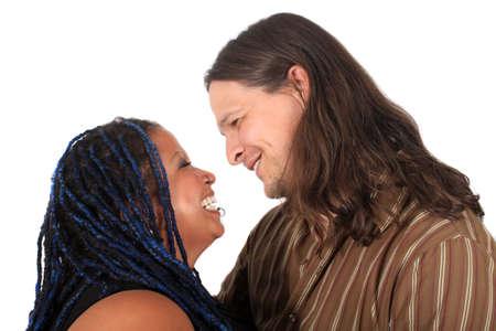 multi race: Pareja de raza de feliz multi diversos sonriendo a la atmosfera sobre un fondo blanco