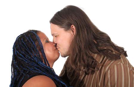 multi race: Multi diversos feliz carrera par compartir un beso �ntimo sobre un fondo blanco  Foto de archivo