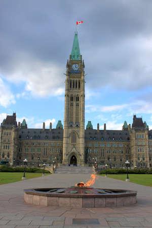Parlements gebouw in de hoofdstad van Canada, Ottawa met eeuwig brandende vlam op voorgrond