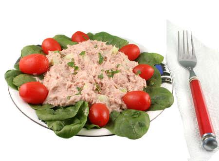 マグロのサラダ チェリー トマトとほうれん草の白い背景の上の健康的な食事
