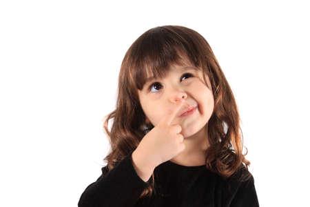 Drie-jarige brunette kleine meisje met haar hand aan haar gezicht met een denken uitdrukking, hmm