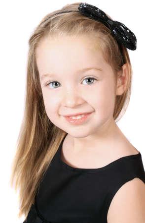Schattig klein lachende meisje met sparkly sequin boog in het haar op een witte achtergrond