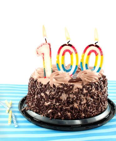 velas de cumpleaños: Pastel de Chocolate de selva negra celebrando un cumpleaños de 100 th o aniversario