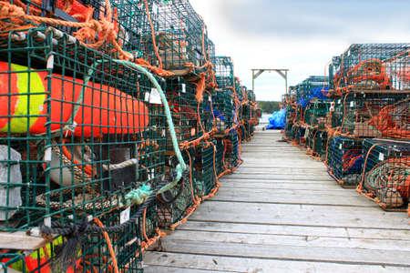 boyas: Trampas para langostas y otros crust�ceos con coloridos boyas en el muelle de pescadores madera