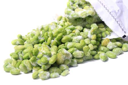 comida congelada: Edamame congelado tambi�n conocida como la soja que sale de una bolsa para congelar en un fondo blanco