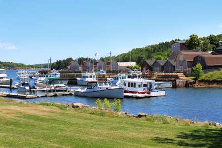 fischerei: Harbour bei Montague, Prince Edward Island, Kanada mit Fischerbooten, Hummerfallen und Hütten entlang der Pier