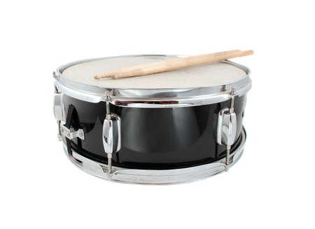 tambor: Tambor y palillos sobre un fondo blanco (profundidad de campo)