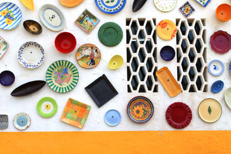 Colorful display of hand painted plates covers the outside wall of an artisan shop in Vila Do Bispo, Algarve, Portugal, Europe, 版權商用圖片