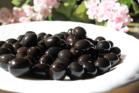 glistening: Kalamata aceitunas negras o brillantes en la luz, muy poca profundidad de campo