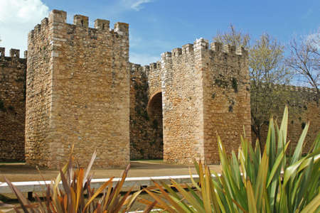 Moorish  fort with archway leading onto Avenida dos Descobrimentos, the old town, in Lagos, Algarve, Portugal 新聞圖片