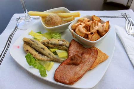 揚げイワシから成る熱いタパス、ベーコン、tostada のソースとミートボール、スペインからの食糧とフライド ポテトします。