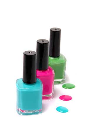 マニキュアのボトルと明るい春の斑点やライトブルー、ピンク、白地に緑の夏色