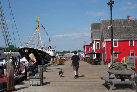 fischerei: 5. August 2014 Lunenburg, Nova Scotia: Die Menschen h�ngen an der Promenade entlang der Fischereimuseum von Lunenburg, Nova Scotia Editorial