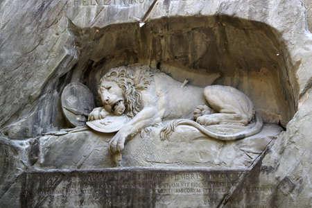 leones: Lucerna, Suiza, junio 28, 2015: La estatua del león moribundo llamado Löwendenkmal, un monumento a la Guardia Suiza de Luis XVI de Francia, en Suiza de Lucerna