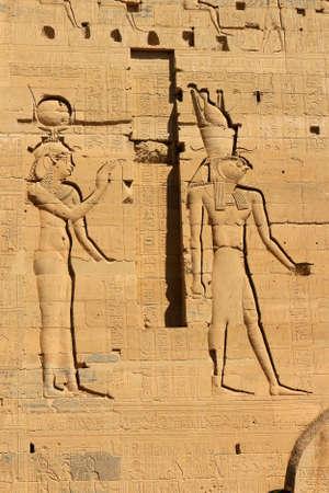 horus: Jerogl�ficos y dibujos que muestran Isis y Horus en la pared del templo de Philae cerca de Aswan, Egipto