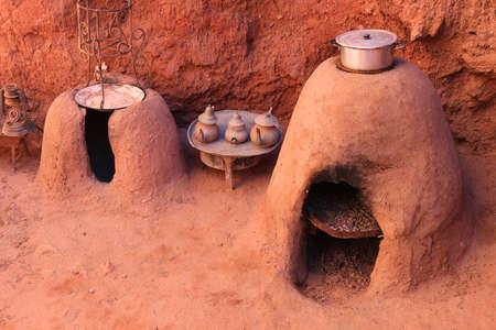 kettles: hornos de tierra marroqu�es tradicionales hechas de piedra arenisca con un alimento olla y teteras Foto de archivo