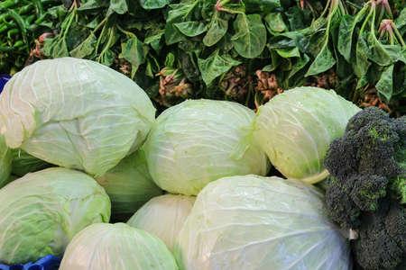 repollo: verduras frescas como la col, el brócoli y la espinaca en el mercado abierto en Bursa Turquía