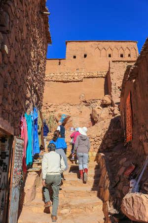 Ait Benhaddou, Marokko - 3. März 2016: Leute gehen herauf die Treppe in der ummauerten Stadt von AIT Benhaddou, Morroco, Afrika Standard-Bild - 73912363