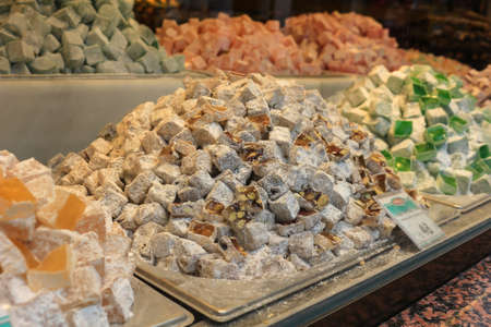 Variety of colorful Turkish delight specialty candies in different flavors in a store window display in Turkey 版權商用圖片