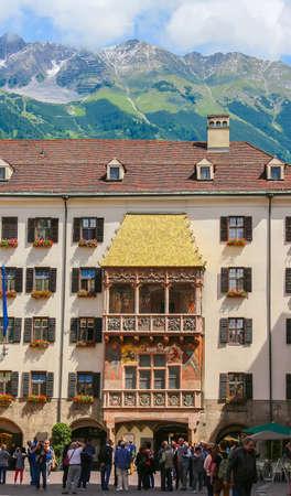 Innsbruck, Oostenrijk - 6 juni 2016: Toeristen die genieten van The Goldenes Dachl of Golden Roof, een bezienswaardigheid in Innsbruck Oostenrijk in het midden van de oude stad Redactioneel
