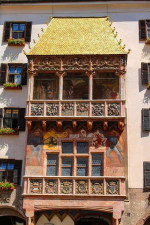 Innsbruck, Oostenrijk - 6 juni 2016: The Goldenes Dachl of Golden Roof, een mijlpaal in Innsbruck, Oostenrijk in het midden van de oude stad