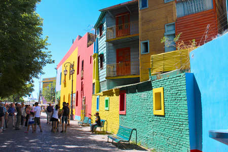 2018-02-03 - El Caminito, Buenos Aires, Argentina: People enjoing the Colorful buildings along the street of El Caminito located in La Boca in Buenos Aires, Argentina in South America Redactioneel