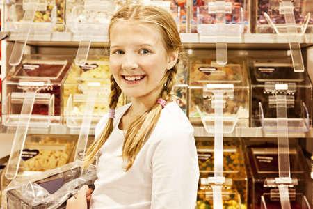 usunięta: Młoda dziewczyna w cukiernię, wszystkie loga usunięty