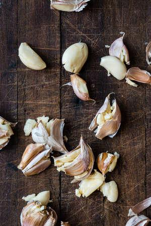 ajo: dientes de ajo en una tabla de madera Foto de archivo