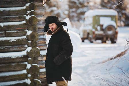 vestidos antiguos: Rustic man in old clothes in the cold winter. Portrait Foto de archivo